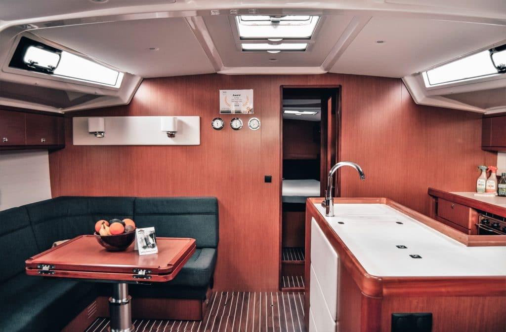 Küche und Sitzgruppe Bavaria Cruiser 56 Gatsby