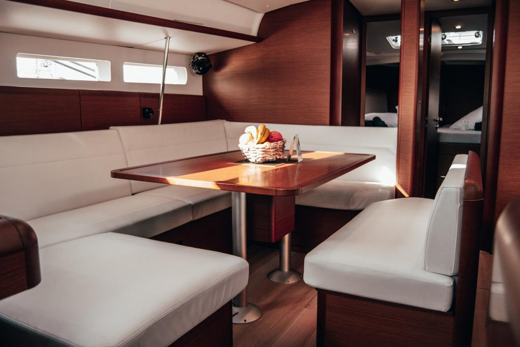 La Flaca Jeanneua Sun Odyssey 519 Inside Sailing Boat
